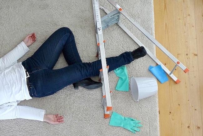 Nicht nur beim Putzen ist eine Unfallversicherung sinnvoll